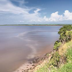 Fotografia tirada próximo da foz do rio Dande na qual se observa a mistura das águas do rio com estas do oceano Atlântico. Bengo, Angola.