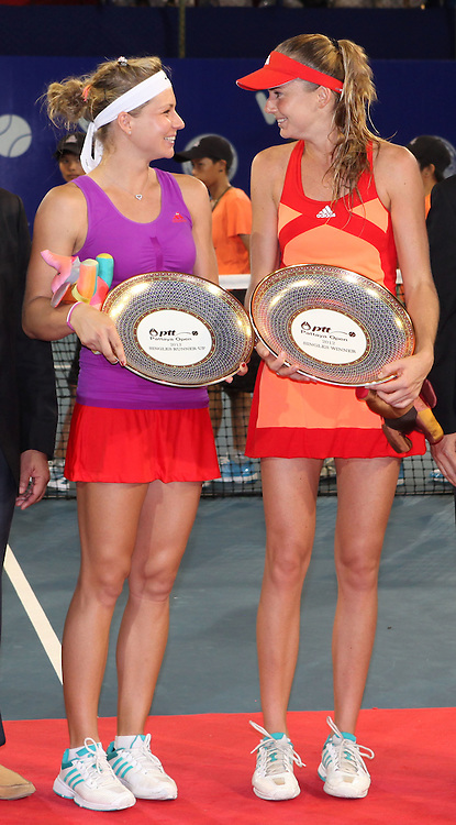 PTT Pattaya Open 2012,WTA Tennis Turnier,. International Series, Dusit Resort in Pattaya,Thailand, Finale,Siegerehrung,.Praesentation,R-L. Siegerin Daniela Hantuchova (SVK) und Finalistin  Maria Kirilenko mit Pokal,(RUS),Ganzkoerper,Hochformat,