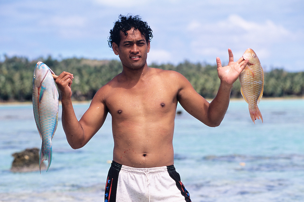 Cook Islands, K?ki '?irani, South Pacific Ocean, Aitutaki, fisherman and net catch