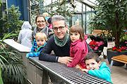 """Mannheim. 02.01.18   <br /> Luisenpark. Feature im Pflanzenschauhaus. Viele Besucher, darunter Familien, nutzen die """"Freien Tage"""" nach Weihnachten und Neujahr für einen Besuch im Luisenpark.<br /> - Familie Aponte aus Ludwigshafen. <br /> - v.l. Susanne, David, Raphael, Clara und Johannes<br /> Bild: Markus Prosswitz 02JAN18 / masterpress (Bild ist honorarpflichtig - No Model Release!) <br /> BILD- ID 00434  """