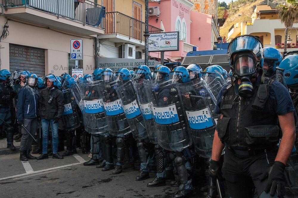 La Polizia di appresta a rispondere al secondo tentativo di sfondamento da parte degli antagonisti.