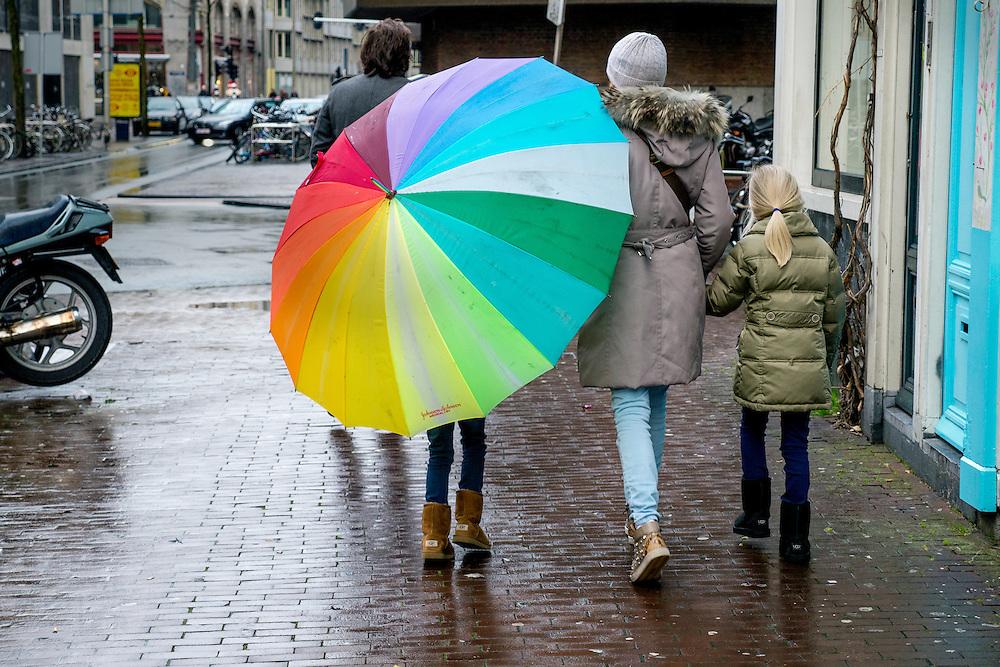Straatbeelden uit Amsterdam. Regenachtige dag in centrum van Amsterdam.