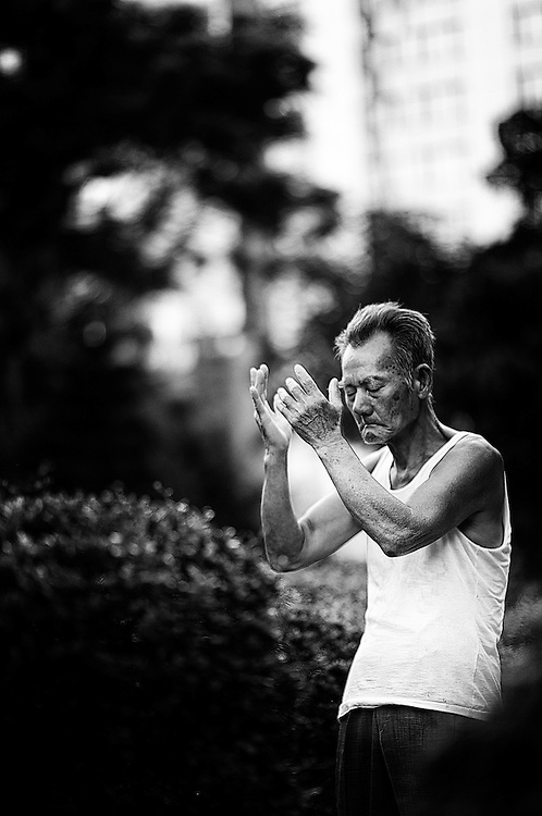 Ce dimanche matin soufflait une queue de typhon sur la baie de Hong Kong. Une chape de chaleur pesante le disputait à de violentes et fraîches bourrasques. Kowloon Park s'animait peu à peu, des groupes de toutes disciplines martiales se formaient, des solitaires semblaient créer autour d'eux un espace inviolable. Parmi eux Ke Feng, qui pendant plus de deux heures fut au diapason de la tempête, contenant de ses gestes ancestraux le flot de ses propres énergies. Il semblait visiter en roi tous ses palais internes, faire des rencontres admirables, voler parmi les nuages.  La puissance transpirait dans la lenteur contenue de son Qi Gong, le monde était retiré à ses pieds. Observateur, nous n'étions plus rien...