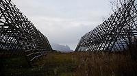 SVOLVÆR 20081013; Bilde fra Lofoten. Natur, stativ for oppheng av torsk til tørrfiskproduksjon. FOTO: TOM HANSEN