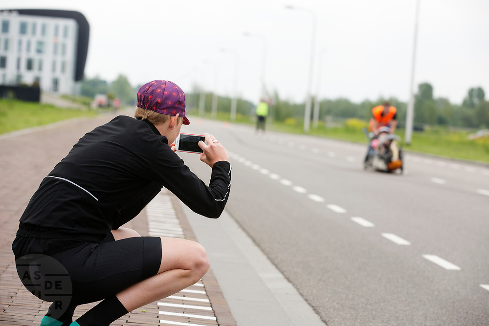 Iris Slappendel fotografeert Aniek Rooderkerken in de Velox. Op een weg op de campus van de TU Delft oefent het team met het rijden in een Velox. In september wil het Human Power Team Delft en Amsterdam, dat bestaat uit studenten van de TU Delft en de VU Amsterdam, tijdens de World Human Powered Speed Challenge in Nevada een poging doen het wereldrecord snelfietsen voor vrouwen te verbreken met de VeloX 7, een gestroomlijnde ligfiets. Het record is met 121,44 km/h sinds 2009 in handen van de Francaise Barbara Buatois. De Canadees Todd Reichert is de snelste man met 144,17 km/h sinds 2016.<br /> <br /> With the VeloX 7, a special recumbent bike, the Human Power Team Delft and Amsterdam, consisting of students of the TU Delft and the VU Amsterdam, also wants to set a new woman's world record cycling in September at the World Human Powered Speed Challenge in Nevada. The current speed record is 121,44 km/h, set in 2009 by Barbara Buatois. The fastest man is Todd Reichert with 144,17 km/h.