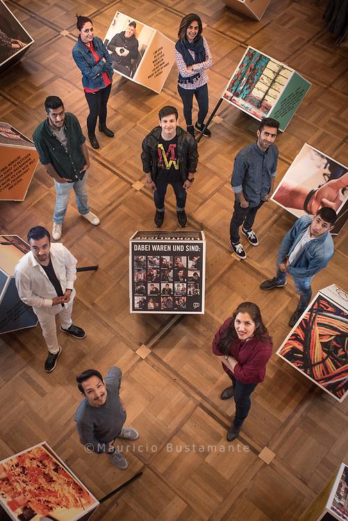 Stolze Fotografen (im Uhrzeigersinn): Bahar Ghalani (oben links),<br /> Parichehr Bijani, Mohammed Mohammadi, Majed Darwish,<br /> Negin Fard, Rashed Payam, Mostafa Bagheri und Samer Mardini.<br /> In der Mitte: Abdurahman Hatuev.