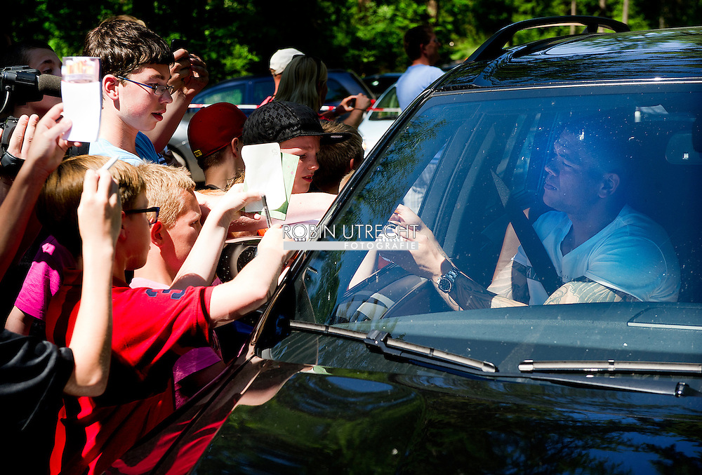 Dutch international football player Wilfred Bouma gives signatures on as he arrives for the trainingcamp of the Netherlands national football team in Hoenderloo on May 28, 2012. AFP PHOTO/ ROBIN UTRECHT