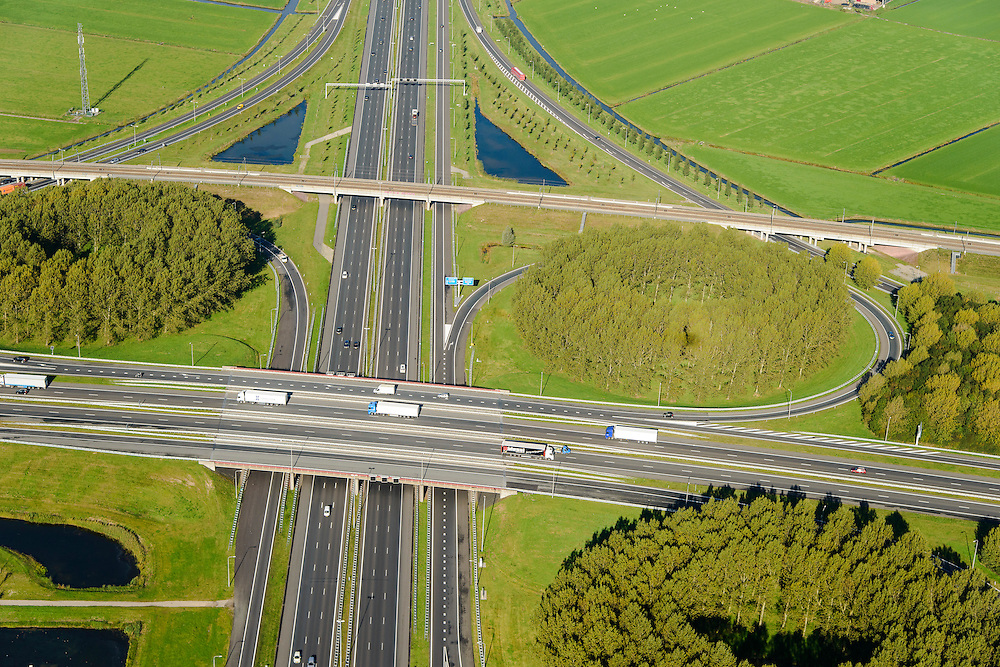 Nederland, Gelderland, Deil, 24-10-2013; detail knooppunt Deil, kruising A15 (vlnr) en A2, richting Utrecht.. Betuweroute vlnr parallel aan A15.<br /> Deil junction, main motorway A15 Rotterdam Harbour - Germany crossing A2 to the South. <br /> luchtfoto (toeslag op standaard tarieven);<br /> aerial photo (additional fee required);<br /> copyright foto/photo Siebe Swart.