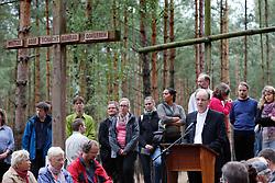 """Am 29. Juni 2014 begeht die Ökumenische Initiative """"Gorlebener Gebet"""" ihr 25-jähriges Bestehen. Seit 1989 feiert die Initiative jeden Sonntag unter freiem Himmel einen Gottesdienst in Sichtweite des so genannten Erkundungsbergwerks im Wald bei Gorleben. Dabei ist noch kein einziges Gebet ausgefallen.<br /> <br /> Ort: Gorleben<br /> Copyright: Andreas Conradt<br /> Quelle: PubliXviewinG"""