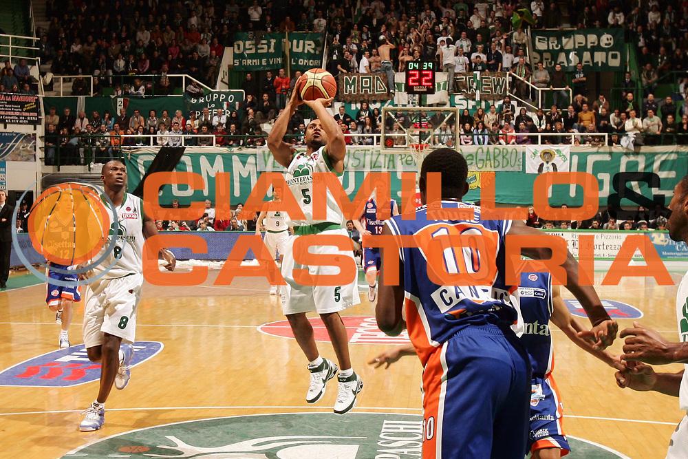 DESCRIZIONE : Siena Lega A1 2007-08 Montepaschi Siena Tisettanta Cantu <br /> GIOCATORE : Terrell Mc Intyre <br /> SQUADRA : Montepaschi Siena <br /> EVENTO : Campionato Lega A1 2007-2008 <br /> GARA : Montepaschi Siena Tisettanta Cantu <br /> DATA : 27/12/2007 <br /> CATEGORIA : Tiro <br /> SPORT : Pallacanestro <br /> AUTORE : Agenzia Ciamillo-Castoria/P.Lazzeroni