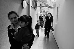 """""""Dopady vezneni rodicu na jejich potomky ma mnoho podob. Zasadnim problemem je nahle preruseny kontakt ditete s rodicem. Detem casto nebyva jasna a dostatecne vysvetlena jejich nova situace, proto mivaji  strach o zivot a zdravi rodice, dochazi i k sebeobvinovani se za jeho uvezneni. Deti se musi casto vyrovnavat se zmenou zivotniho prostredi, nebot po uvezneni rodice ziji u príbuznych, ale casto take v detskych domovech nebo v pestounske peci. Tyto situace a dalsi traumata, jez se s uveznenim rodice poji, mohou vest k opozdeni nebo porucham zdraveho psychosocialniho vyvoje ditete nebo k jeho psychicke deprivaci."""" .- z textu """"Deti veznenych rodicu"""", Cesky helsinsky vybor -                                                        * V poledne se skupina deti a matek presune na spolecny obed do vezenske kuchyne a po obede jsou deti co nejjemneji oddeleny... Matky se vraci do cel a deti odjizdeji do svych skutecnych ci nahradnich domovu."""