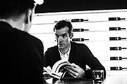 Interviewfoto voor Wielerland Magazine met David Millar voor zijn boekpresentatie Koersen in het Duister. Tekst WM magazine. Een dandy is hij nog, een doper allang niet meer. De Schotse wielrenner David Millar, missionaris van het schone wielrennen, was afgelopen maand in Genk om zijn openhartige biografie Koersen in het duister te promoten. We zochten de coureur van Garmin op en legden hem zes stellingen voor.<br /> <br /> Tekst: TIMO BRUIJNS&nbsp;&nbsp;fotografie:&nbsp;QUIRIEN DE LEEUW<br /> bron: Wielerland Magazine, 2012