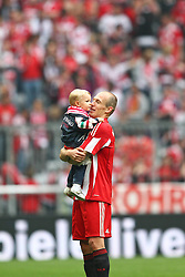 01.05.2010, Allianz Arena, Muenchen, GER, 1. FBL, FC Bayern Muenchen vs Vfl Bochum, im Bild Arjen Robben (FC Bayern Nr.10) mit Tochter , EXPA Pictures © 2010, PhotoCredit: EXPA/ nph/  Straubmeier / SPORTIDA PHOTO AGENCY