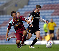 Photo: Jed Wee.<br />Burnley v Hull. Coca Cola Championship. 14/10/2006.<br /><br />Hull's Mark Yeates (R) gets away from Burnley's Jon Harley.