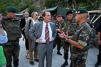 24 AUG 2004, PRIZREN/KOSOVO:<br /> Franz Muentefering (M), SPD Partei- und Fraktionsvorsitzender, laesst sich von Bundeswehrsoldaten die Lage vor Ort erklaeren, waehrend der Besichtigung des Erzengelklosters Prizren, im Rahmen des Besuchs des Deutschen Einsatzkontingents KFOR<br /> IMAGE: 20040824-01-081<br /> KEYWORDS: Franz Müntefering