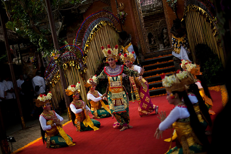 Dancers perform a traditional Balines dance for respect the Pelebon ceremony of Anak Agung Niang Rai of Puri Agung Ubud, The wife of King Of Ubud. Pelebon Ceremony or  Ngaben ceremony is a ceremony to purify and return the  five element of the universe that form the life itself in human body to the universe