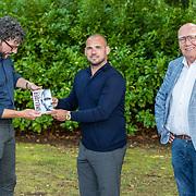 NL/Doorn/20200627 - Boekpresentatie Wesley Sneijder, Mark van Bommel krijgt eerste exemplaar van het boek uit handen van Wesley Sneijder, Kees Jansma