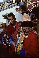 Mongolia. Maidar Buddhist ceremony  Erden Zuu, Karakorum      /  Procession boudhiste du Maidar.  (Monastère de Erdeni Zuu à Qaraqorin (Karakorum) Mongolie ), Elévation d'un mandala. Devant le Labrang, des moines vont réaliser un mandala à l'aide de graines qu'ils déversent par poignées dans un récipient spécial, tant en murmurant des prières. (Fête de MAIDAR au monastère de ERDENI ZUU [XVIème siècle] à QARAQORIN, /  176       P0007352