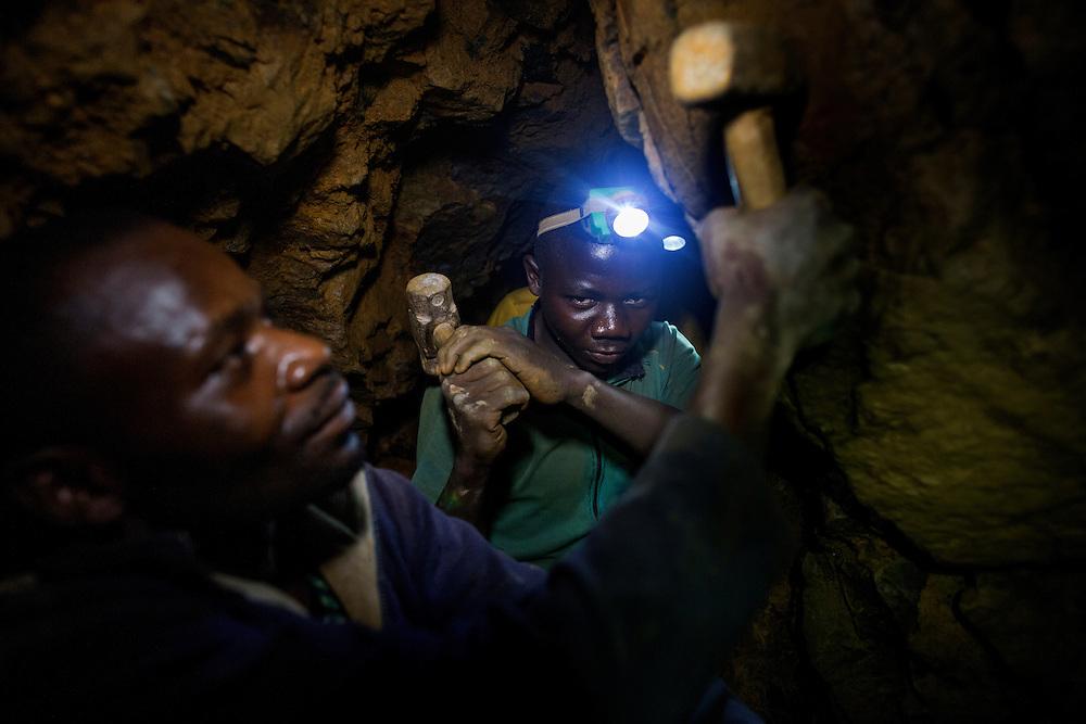 Luntukulu, Congo<br /> <br /> Sisko 16 &aring;r, bryter tennmalm i den tr&aring;nga gruvg&aring;ngen l&aring;ng ner under marken.  -Syret r&auml;cker max 20 min om det rasar, s&auml;ger han.<br /> <br /> Photo: Niclas Hammarstr&ouml;m