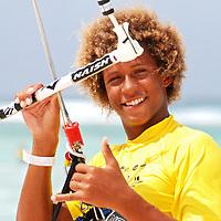 Un joven de aruba, se prepara para competir en la playa Boca Grandi en la competencia Hi Winds 2009 en la isla de Aruba. A young man from Aruba prepares to compete on Boca Grandi beach at the 2009 Hi Winds competition on the island of Aruba