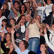 NLD/Amsterdam/20080526 - Samen met Dré in Concert, Laura Ruiters en vriendin zingend op de tribune