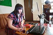 MUKBANG - JAPAN<br /> VJ Miko s&auml;nder live n&auml;r hon &auml;ter framf&ouml;r sin dator. Fenomenet kallas 'mukbang' och det &ouml;kar i popul&auml;ritet i Japan och Korea. Vj Mikos specialite &auml;r att &auml;ta snabbt. Hon &auml;ter till exempel extremt starka snabbnudlar p&aring; en minut eller stora m&auml;ngder minikorvar.