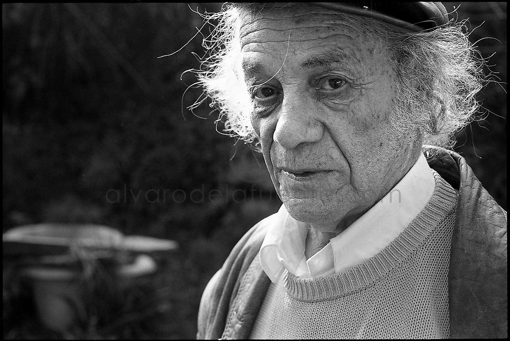 El Poeta Nicanor Parra, famoso por ser el creador de la Anti Poesía, en su casa de La Reina. Santiago de Chile, 2004 (©Alvaro de la Fuente)