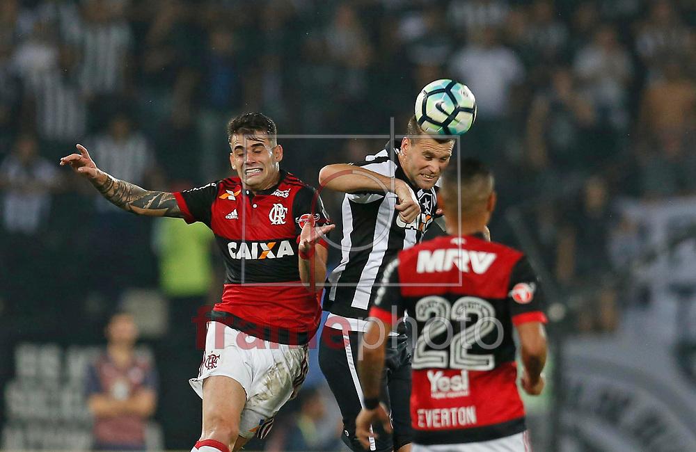 Joel Carli e Felipe Vizeu disputam lance durante a partida entre Botafogo e Flamengo pela semifinal da final da Copa do Brasil 2017, no estadio Nilton Santos, zona norte da cidade do Rio de Janeiro, nessa quarta-feira (16/08). Foto: Rafael Ribeiro/FramePhoto