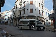 Des policiers patrouillent à la recherche des pilleurs. // A la suite de nombreux pillages et saccages commis dans le centre ville de Tunis la Police accompagnée des habitants organisés en comité de quartiers chassent les pilleurs, Tunis dimanche 27 février 2011. © Benjamin Girette/IP3 press