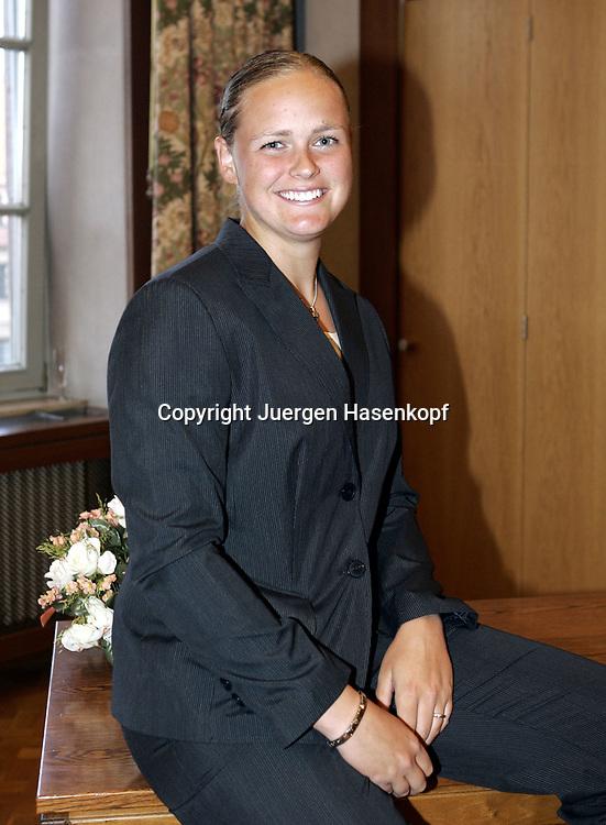 Fed Cup Germany - Croatia , ITF Damen Tennis Turnier in Fuerth, Wettbewerb der Mannschaft von Deutschland gegen Kroatien,eine gut gelaunte Anna-Lena Groenefeld(GER) beim Empfang im Rathaus.<br />Foto: Juergen Hasenkopf<br />B a n k v e r b.  S S P K  M u e n ch e n, <br />BLZ. 70150000, Kto. 10-210359,<br />+++ Veroeffentlichung nur gegen Honorar nach MFM,<br />Namensnennung und Belegexemplar. Inhaltsveraendernde Manipulation des Fotos nur nach ausdruecklicher Genehmigung durch den Fotografen.<br />Persoenlichkeitsrechte oder Model Release Vertraege der abgebildeten Personen sind nicht vorhanden.