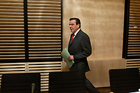 14 DEC 2003, BERLIN/GERMANY:<br /> Gerhard Schroeder, SPD, Bundeskanzler, auf dem Weg zuu seinem Platz, vor Beginn der Sitzung des Vermittlungsausschusses, Bundesrat<br /> IMAGE: 20031214-01-047<br /> KEYWORDS: Gerhard Schröder