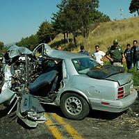 Villa Victoria, Mex.- Siete personas lesionadas fue el resultado de un accidente entre un vehículo y un autobús de pasajeros, en el kilómetro 38 de la carretera Toluca - Zitácuaro. Agencia MVT / José Hernández. (DIGITAL)<br /> <br /> NO ARCHIVAR - NO ARCHIVE