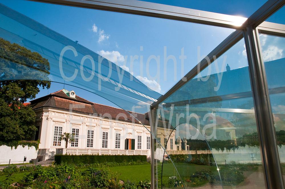 moderne Plastik von Dan Graham, Moon window, Unteres Belvedere, Schloss Belverdere, Wien, Österreich .|.modern sculpture by Dan Graham, Moon window, Lower Belvedere Palace, Vienna, Austria..
