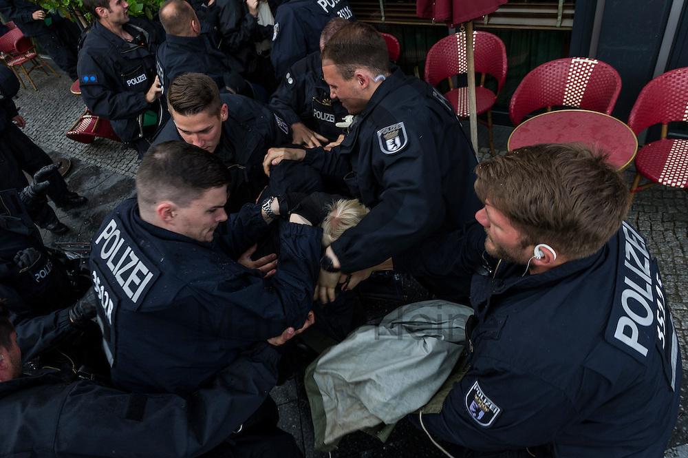 Polizisten dr&auml;ngen w&auml;hrend der Demonstration der rechtsextremen Identit&auml;ren Bewegung am 17.06.2016 in Berlin, Deutschland Gegendemonstranten zur&uuml;ck. Mehre hundert Menschen demonstrierten gegen den ersten Marsch der rechtsextremen Identit&auml;ren Bewegung in Deutschland. Foto: Markus Heine / heineimaging<br /> <br /> ------------------------------<br /> <br /> Ver&ouml;ffentlichung nur mit Fotografennennung, sowie gegen Honorar und Belegexemplar.<br /> <br /> Bankverbindung:<br /> IBAN: DE65660908000004437497<br /> BIC CODE: GENODE61BBB<br /> Badische Beamten Bank Karlsruhe<br /> <br /> USt-IdNr: DE291853306<br /> <br /> Please note:<br /> All rights reserved! Don't publish without copyright!<br /> <br /> Stand: 06.2016<br /> <br /> ------------------------------