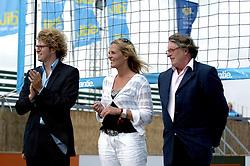 20-08-2006 VOLLEYBAL: NK BEACHVOLLEYBAL: SCHEVENINGEN<br /> Wethouder Sander Dekker, Heleen Crielaard  en Frank Overeem<br /> ©2006-WWW.FOTOHOOGENDOORN.NL