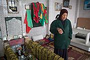 Alouma, 58 ans, gardienne de saint.  Sur les hauteurs de la Marsa, en face de la Méditerranée, les sœurs Alulma Benfadj veillent sur le mausolée d'Abdelaziz El-Mahdi depuis un demi-siècle.  Le 10 janvier 2013, le mausolée a failli brûler, une bouteille d'essence enflammée a noirci les murs, sans toucher l'immense tombe décorée de draps et de versets du Coran. <br /> Depuis la chute de Ben Ali en 2011 les attaques contre les mausolées et les lieux de culte des confréries soufies, très nombreux en Tunisie, sont l'œuvre de l'islam rigoriste: la prière des saints est une hérésie à leurs yeux (les djihadistes d'Ansar Dine ont par le même raisonnement saccagés les mausolées à Tombouctou, au Mali). Depuis 2011, 80  Mausolée - le plus souvent tenus par des femmes - ont été  attaqués en Tunisie.