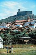 Spanje, Extremedura 1999Gezicht op dorp Dos Hermanos, met burcht op heuvel en ezel zoekt schaduw van boom. Toerisme, droogte, historieFoto: Flip Franssen/Hollandse Hoogte