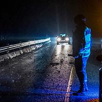 Farsund  20161226.<br /> Ekstremv&aelig;ret Urd er underveis. Et grantre stoppet nesten opp trafikken mellom Farsund og Lyngdal p&aring; riksvei 43 etter at det bl&aring;ste over veien. Politiet dirigerer trafikken mens veien ryddes.<br /> Foto: Tor Erik Schr&oslash;der / NTB scanpix