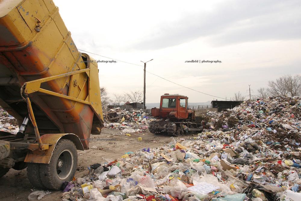 Eine Müllumladestation am Rande der Moldauischen Hauptstadt Chisinau. / A waste  transfer station in the suburbs of Chisinau, capital of Moldova.