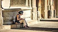 Fontana della fortuna<br /> <br /> Naples fut d'abord fondee au cours du viie&nbsp;siecle avant notre ere sous le nom de Parthenope par la colonie grecque de Cumes. <br /> Ce premier etablissement fut appele Palaiopolis (la ville ancienne). <br /> Lorsqu'une seconde ville fut fondee vers 500 avant notre ere par de nouveaux colons, cette nouvelle fondation fut appelee Neapolis (nouvelle ville).<br /> Alliee de Rome au ive&nbsp;siecle av.&nbsp;J.-C., la ville conserve longtemps sa culture grecque et restera la ville la plus peuplee de la botte italique et sans aucun doute sa veritable capitale culturelle.<br /> Elle rempla&ccedil;a Capoue comme capitale de la Campanie apres la bataille de Zama, a la suite de la confiscation de citoyennete et des territoires de cette derniere, par son alliance avec Hannibal avant la bataille de Cannes.<br /> Naples possede ainsi l'une des plus grandes concentrations au monde de ressources culturelles et de monuments historiques, jalonnant 2800 ans d'histoire. <br /> Dans le centre historique, inscrit sur la liste du patrimoine mondial de l'Unesco, se rencontrent notamment 448 eglises historiques ainsi que d'innombrables palais historiques, fontaines, vestiges antiques, villas, residences royales.