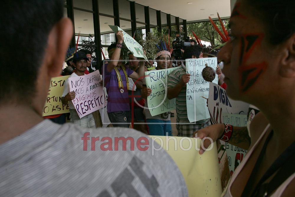 """Rio Branco (AC), 04/10/2013. Ao som de tambores e cantigas, os indígenas de 16 etnias protestaram nesta sexta-feira (4), na Assembléia Legislativa do Acre, contra o projeto que pode mudar a demarcação de terras indígenas no país. Conhecido como PEC 215, o projeto tramita na Câmara. O representante da etnia Manchineri, Sab-Haji, ressaltou que nunca tiveram os seus direitos tão violados quanto agora. De acordo com ele, algumas terras foram invadidas e, em decorrência disso, índios estão sofrendo ameaças de madeireiros e  invasores. """"Não estamos dizendo quem é o culpado. O que queremos dizer é que não podemos nos omitir diante da corrupção, intromissão e a falta de liberdade. Estamos reivindicando e vamos continuar, o que não pode é nosso país voltar à ditadura"""", disse. A Mobilização Nacional Indígena articulou em todo o país, vários atos durante essa semana, para protestar contra o ataque generalizado aos direitos territoriais dos indígenas. Foto: Odair Leal/Frame"""