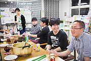 Gemensam lördagsmiddag på New Starts center i östra Tokyo. Middagen är frivillig och alumnis välkomna. Tomohiro Fuse, 38, till höger i bilden.