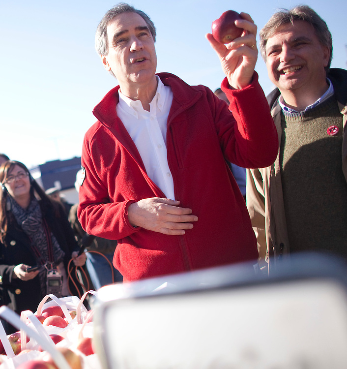 Liberal leader Michael Ignatieff tastes an apple during a campaign stop at a farmers market in Guelph, Ontario April 30, 2011.<br /> REUTERS/Geoff Robins