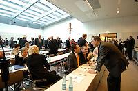 20 MAR 2007, BERLIN/GERMANY:<br /> Abgeordnete der CDU/CSU Fraktion, vor Beginn einer CDU/CSU Fraktionssitzung, Sitzungsaal, Deutscher Bundestag<br /> IMAGE: 20070320-01-029<br /> KEYWORDS: Sitzung