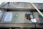 Nederland, Nijmegen, 23-4-2007..Aktievoerders van Greenpeace bestempelen een partij hout bij houthandel Emmerik als besmet. het bedrijf is onderdeel van de Oldenboom groep die ondanks eerdere toezeggingen Chinees multiplex uit de bossen van Papoea-Nieuw-Guinea in het assortiment heeft. een aanbod om het illegaalgekapte hout te ruilen tegen een partij fsc-hout werd afgeslagen...Foto Flip Franssen/Hollandse Hoogte