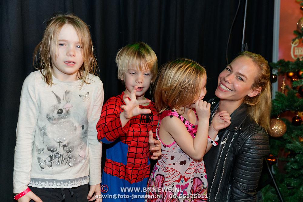 NLD/Amsterdam/20181223 - inloop The Christmas Show 2018, Nicolette Kluijver en kinderen Isabelle Jesse, Ana-Sofia)