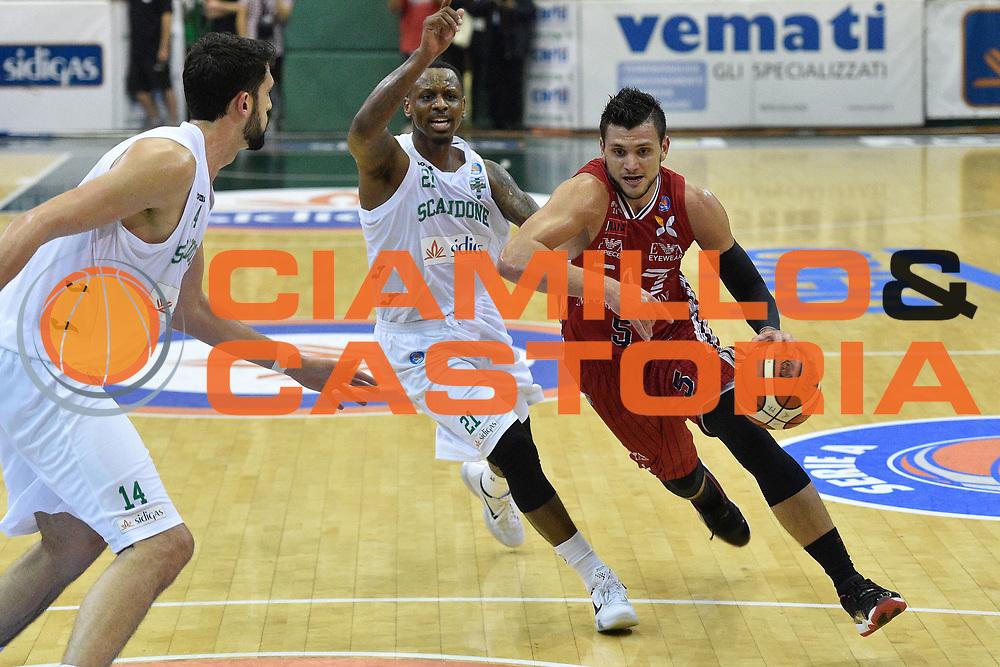 DESCRIZIONE : Avellino Lega A 2015-16 Sidigas Avellino EA7 Emporio Armani Milano<br /> GIOCATORE : Alessandro Gentile<br /> CATEGORIA : palleggio tecnica<br /> SQUADRA : EA7 Emporio Armani Milano<br /> EVENTO : Campionato Lega A 2015-2016<br /> GARA : Sidigas Avellino EA7 Emporio Armani Milano<br /> DATA : 19/10/2015<br /> SPORT : Pallacanestro <br /> AUTORE : Agenzia Ciamillo-Castoria/GiulioCiamillo<br /> Galleria : Lega Basket A 2015-2016<br /> Fotonotizia : Roma Lega A 2015-16 Sidigas Avellino EA7 Emporio Armani Milano