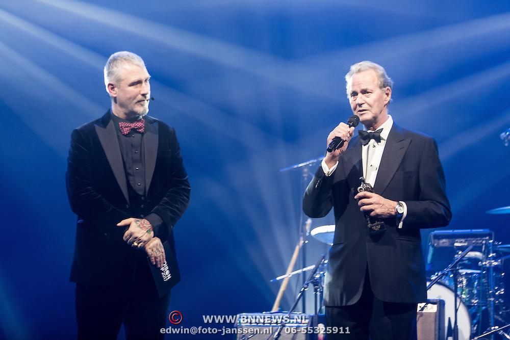 NLD/Amsterdam/201702013- Edison Pop Awards 2017, Tony Berk haalt de Oeuvreaward op voor zangeres Anouk