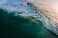 שבירת גלי חוף בשעת בוקר מוקדמת במעגן מיכאל