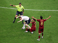 Schiedsrichter Horacio Elizondo Argentinen, Wayne Rooney England tritt  Ricardo Carvalho Portugal Zwischen die Beine und sieht die Rote Karte dafuer<br /> Rødt kort<br /> Fussball WM 2006 Viertelfinale England - Portugal<br />  Norway only